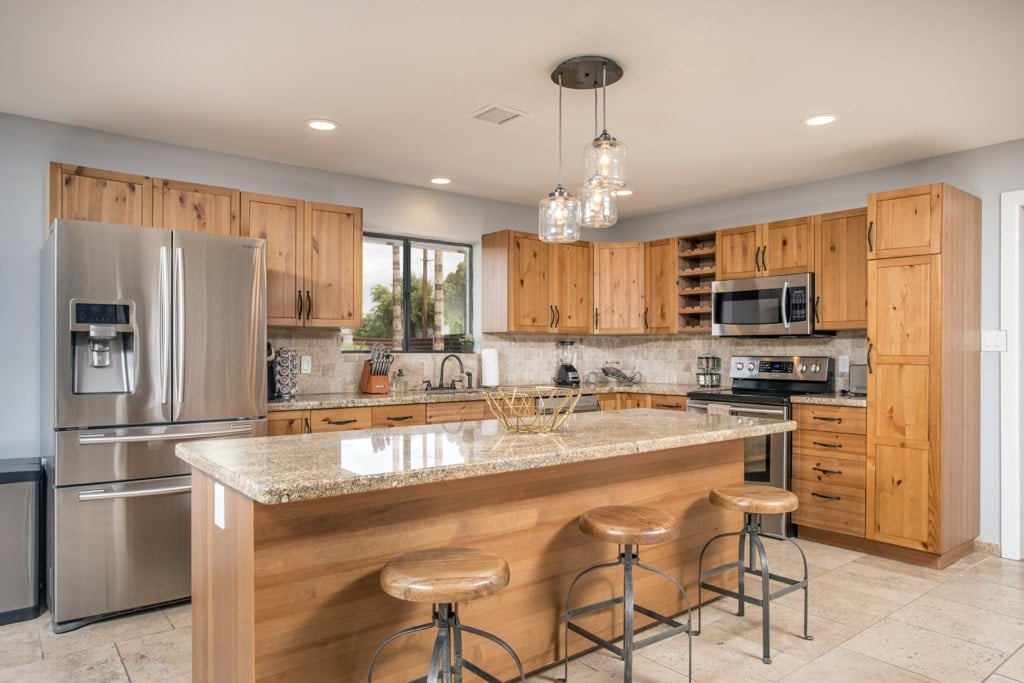 Kitchen-With-Breakfast-Bar-and-Stainless-Steel-Appliances